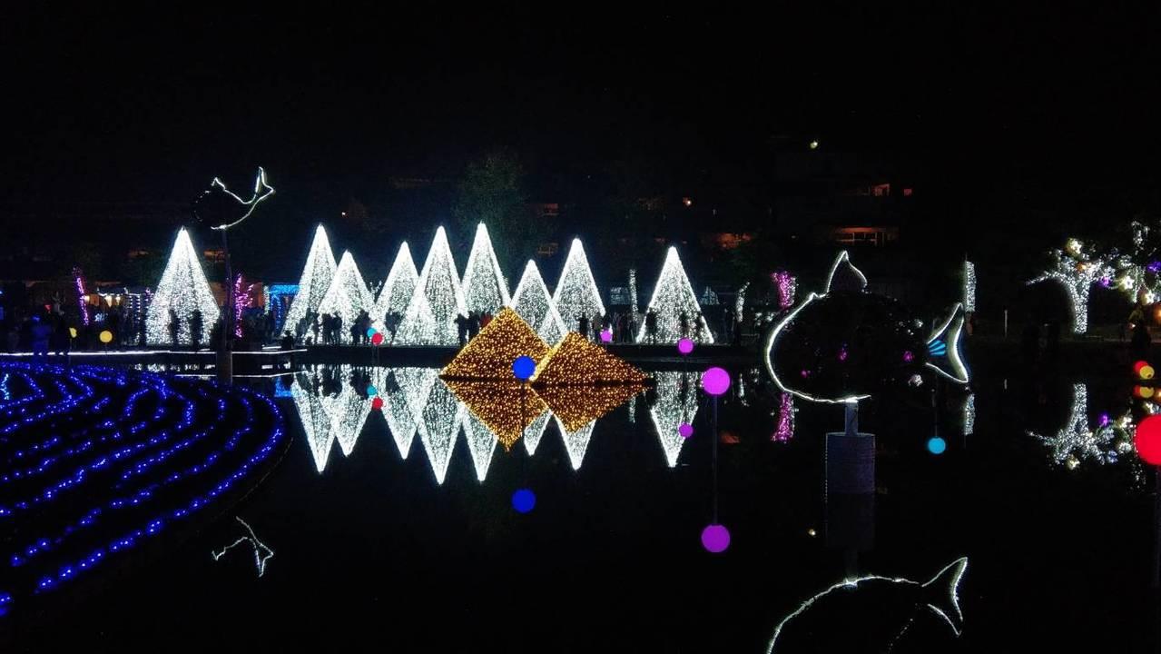宜蘭縣政府在中央公園打造「奇幻耶誕城」,原定只亮燈到本月底,但新縣長林姿妙團隊決...