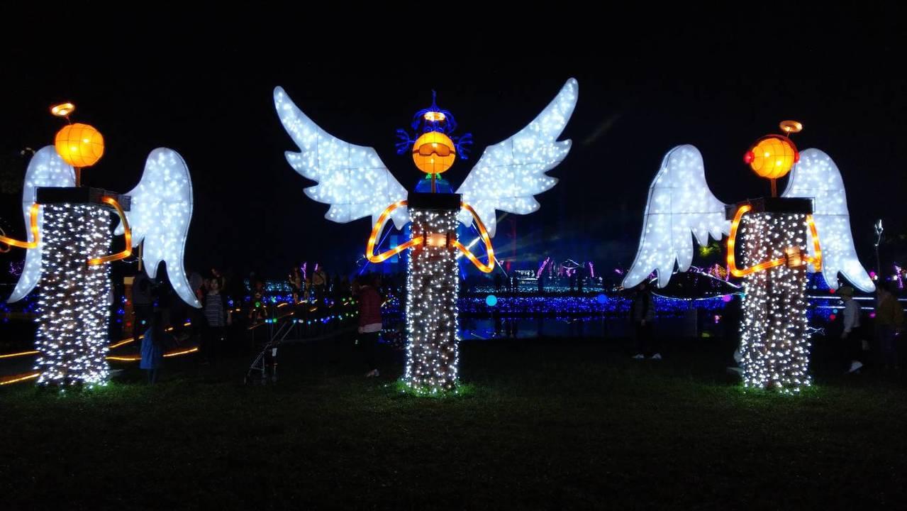 奇幻耶誕城以「超現實視覺」概念設計,「奇」代表著奇特,「幻」則是夢幻,各種造型燈...