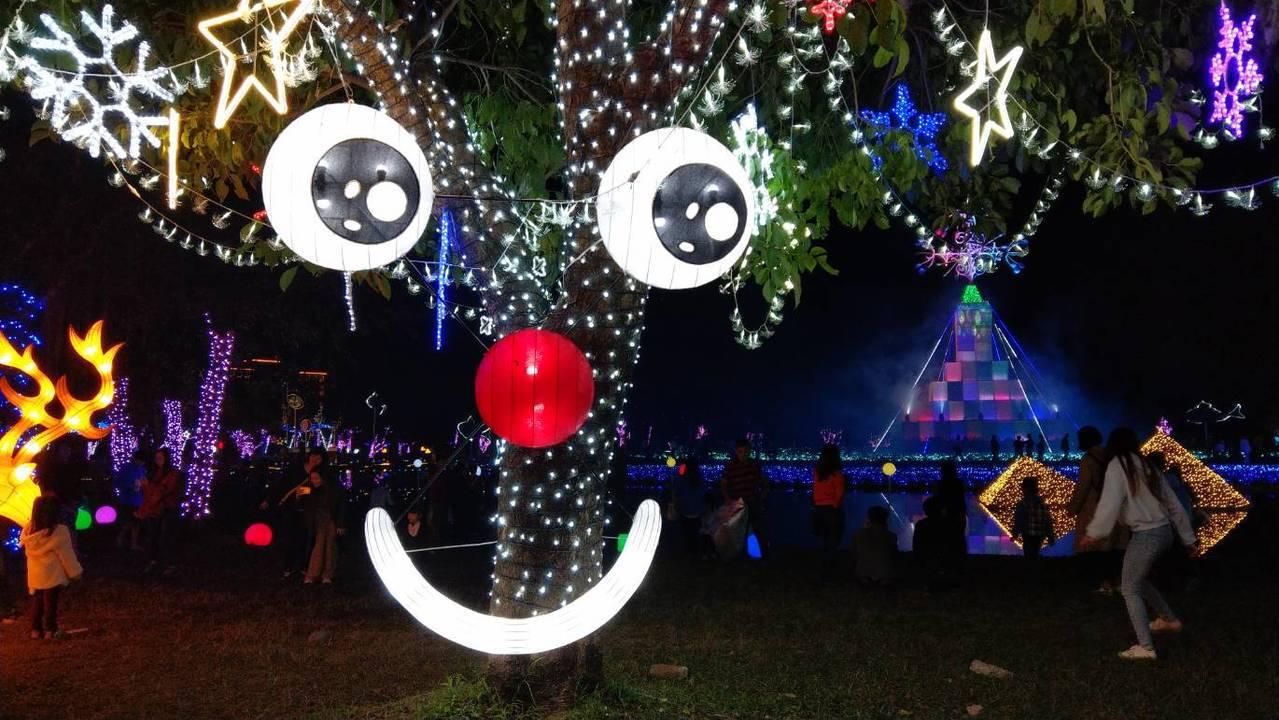 宜蘭縣政府在中央公園打造「奇幻耶誕城」,上月16日亮燈後只要一到傍晚,擁入很多縣...