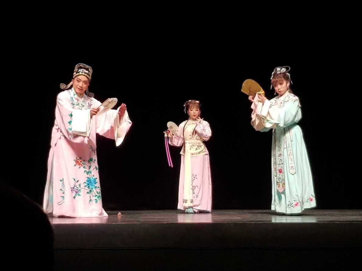 榮興劇團帶來精緻客家大戲《丈母娘看婿郎》,以戲曲傳統元素融合現代劇場藝術,營造曲...