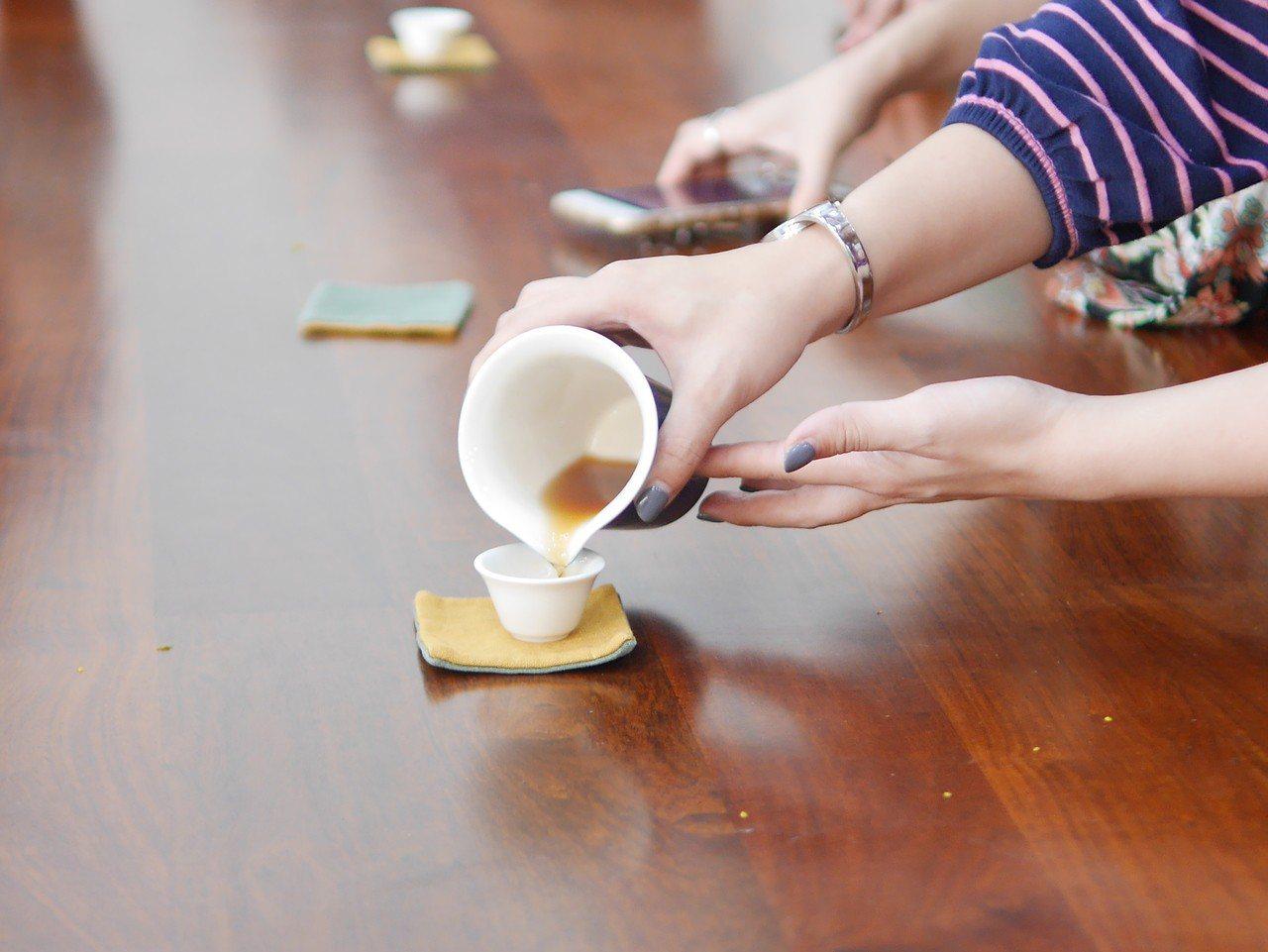 有毒物專家曾指茶類含有草酸,長期大量飲用可能易生腎結石,不過有營養師就反駁指市面...