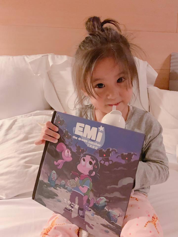 咘咘睡前都要看「艾美夢遊」。圖/摘自臉書