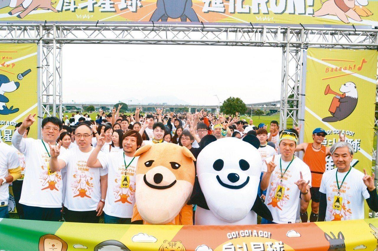 「戽斗星球進化RUN」昨在三重幸福水漾公園舉行,3500名跑者比出「戽斗台灣犬」...