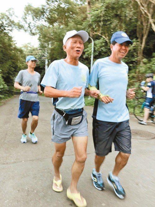 視障跑者吳春成(前排左)每個月跑量上千公里,而且他的跑鞋是夾腳拖,吳春成說好穿又...