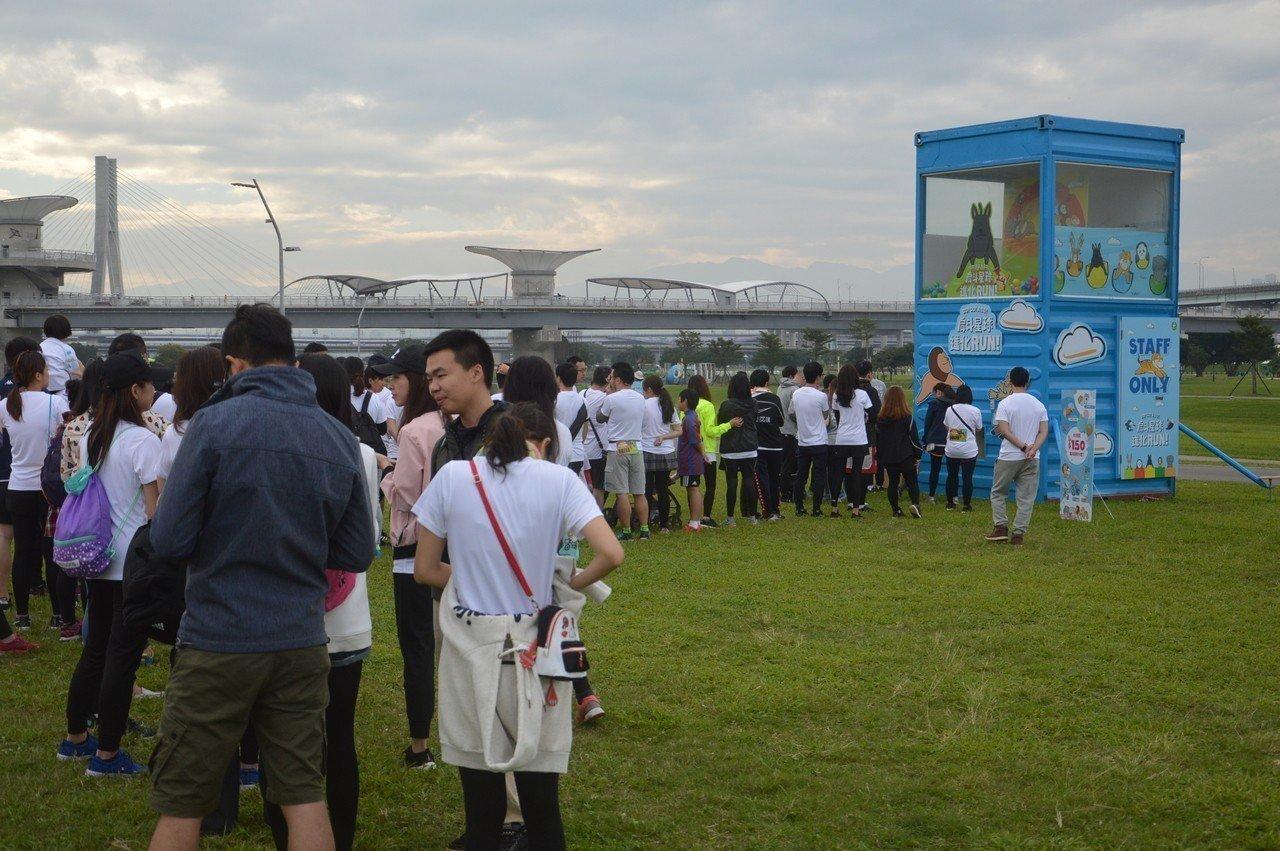 開跑後仍有人排在巨型扭蛋機前。 記者施鴻基/攝影