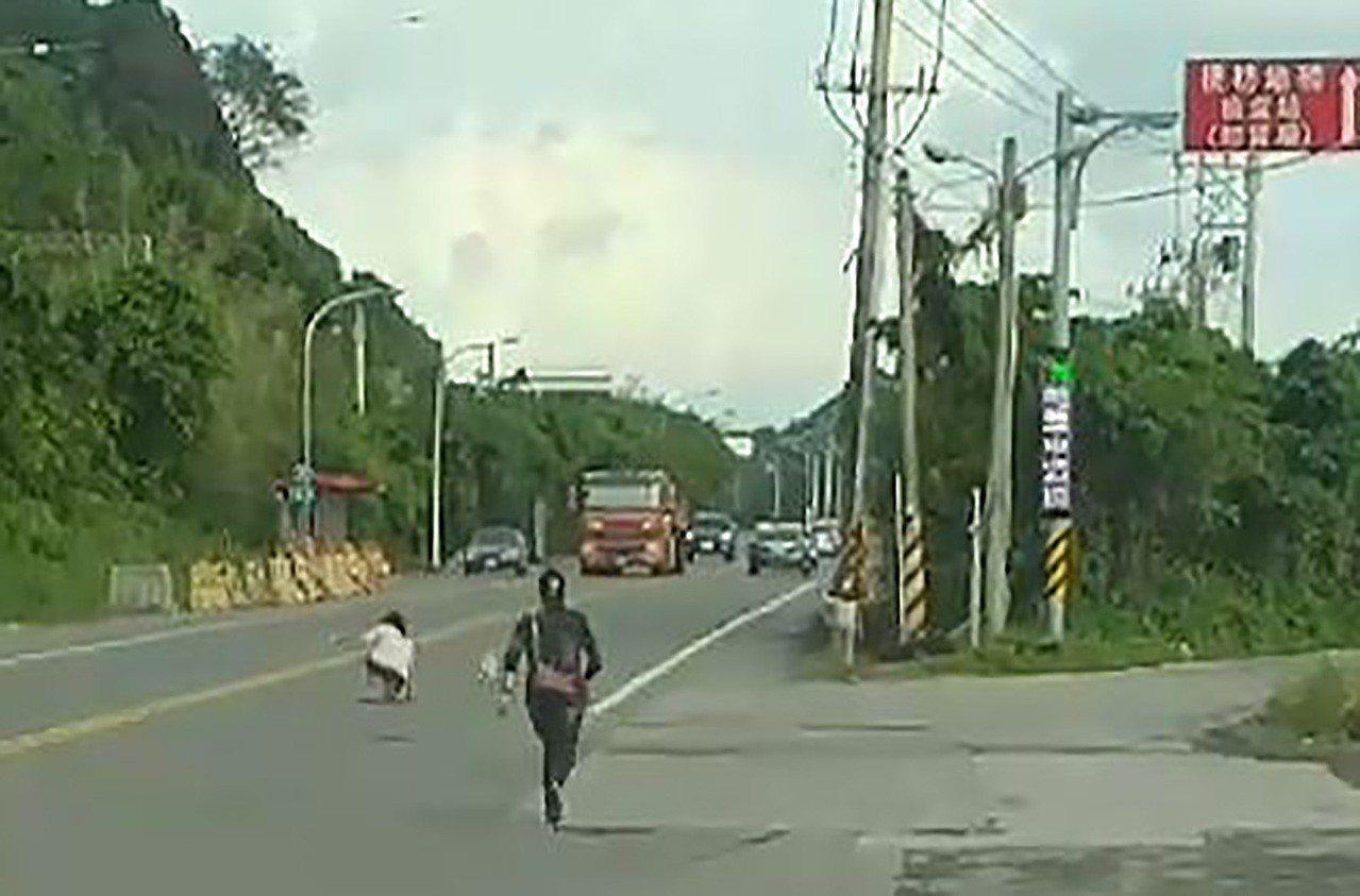 小狗因被男子打受到驚嚇,在馬路上逃竄,年輕女子為了追小狗也跟到馬路上,十分危險。...