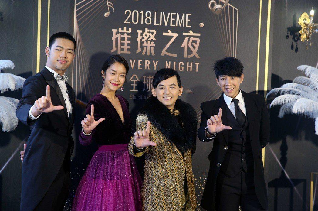 LiveMe直播平台全球盛典舉行頒獎典禮,黃子佼和主持人合影。記者邱德祥/攝影