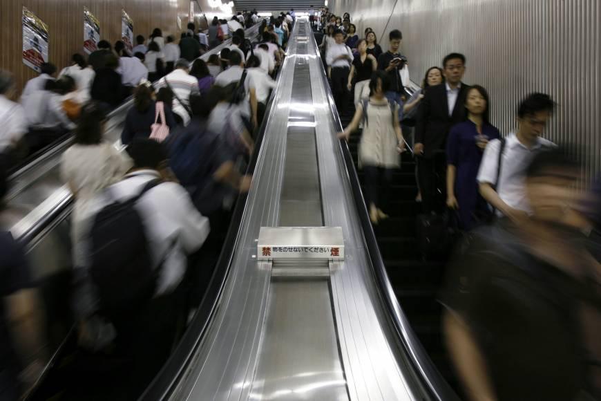 東京地鐵自17日開始宣導搭乘電扶梯禁止行走的新規定;圖為攝於2009年8月的東京...