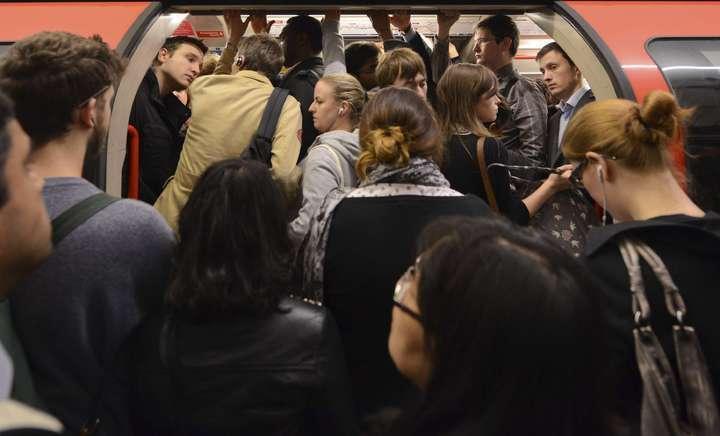 為解決霍本站的擁擠人潮,倫敦地鐵曾試行電扶梯並排站的措施。 路透