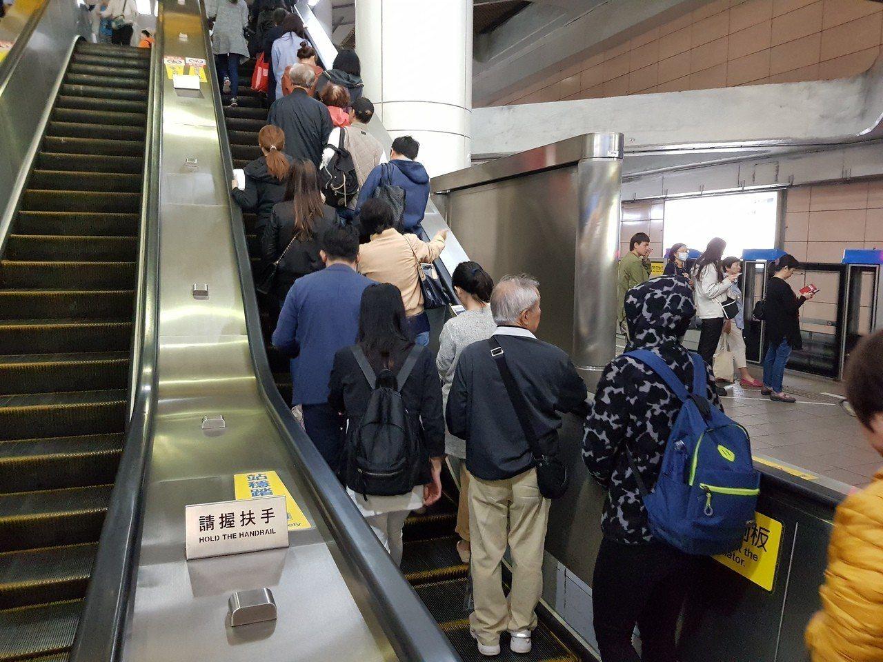 台北捷運發生旅客在電扶梯上推擠跌倒的「掀頭皮事件」,宣導口號就改為「緊握扶手,站...