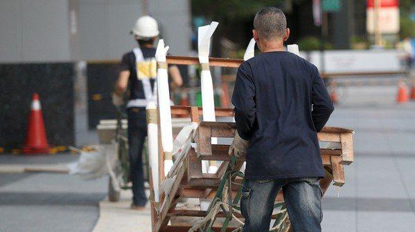 沒有工作,但勞保加保在職業工會,或加保在他人公司,需要注意。 報系資料照