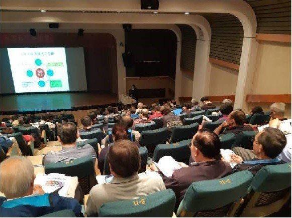 講師陳建宏醫師講授長照整合門診的前瞻與規劃。 台灣長照醫學會/提供