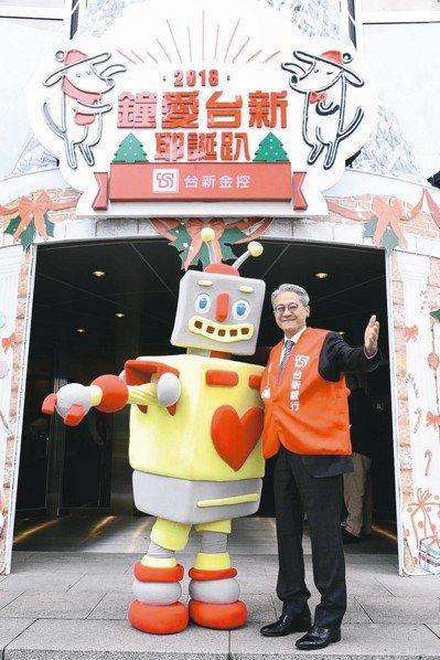 台新公益慈善基金會董事長吳東亮與愛的力量機器人合影。
