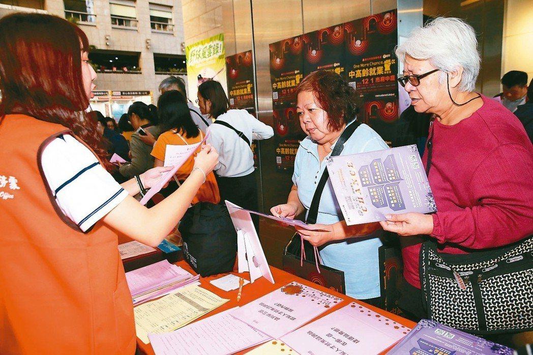 衛福部最新「老人狀況調查報告」,65歲以上民眾中,13.68%仍繼續工作。圖為就...