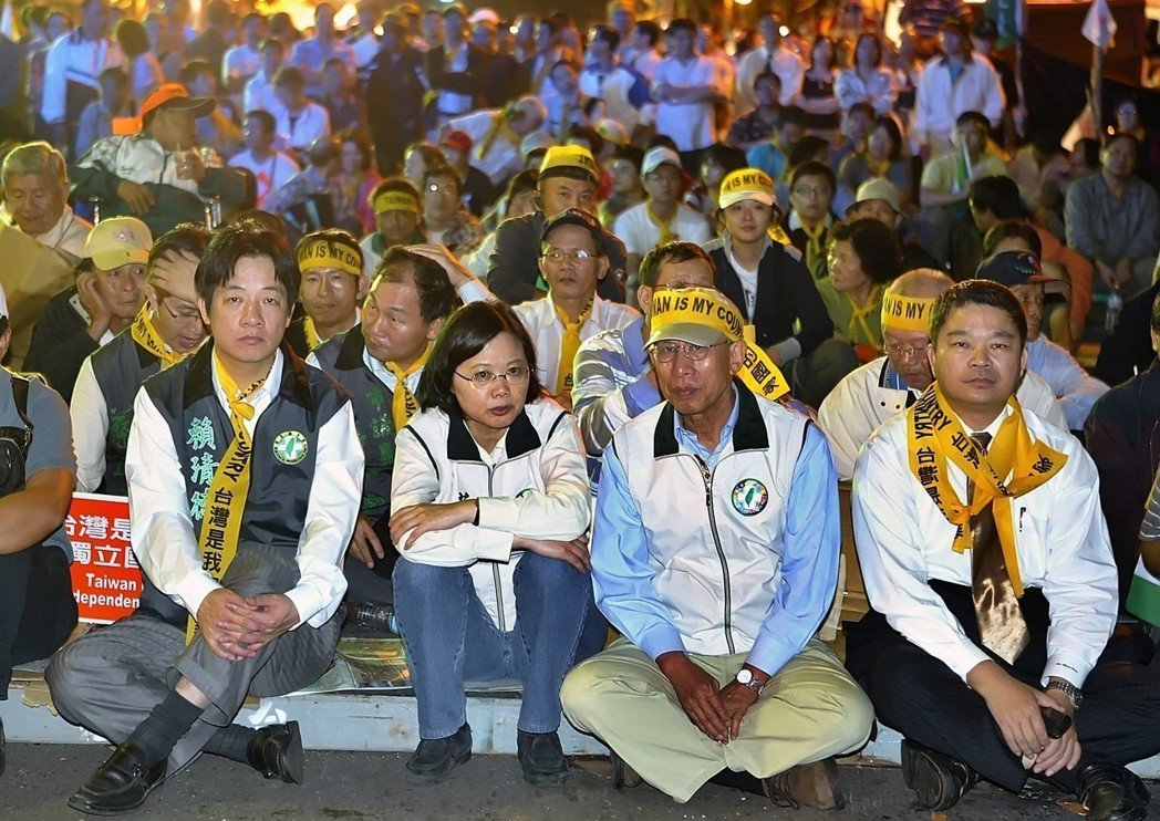2008年11月陳雲林來台後,民進黨主席蔡英文(左二)親自參加在立法院群賢樓前的...