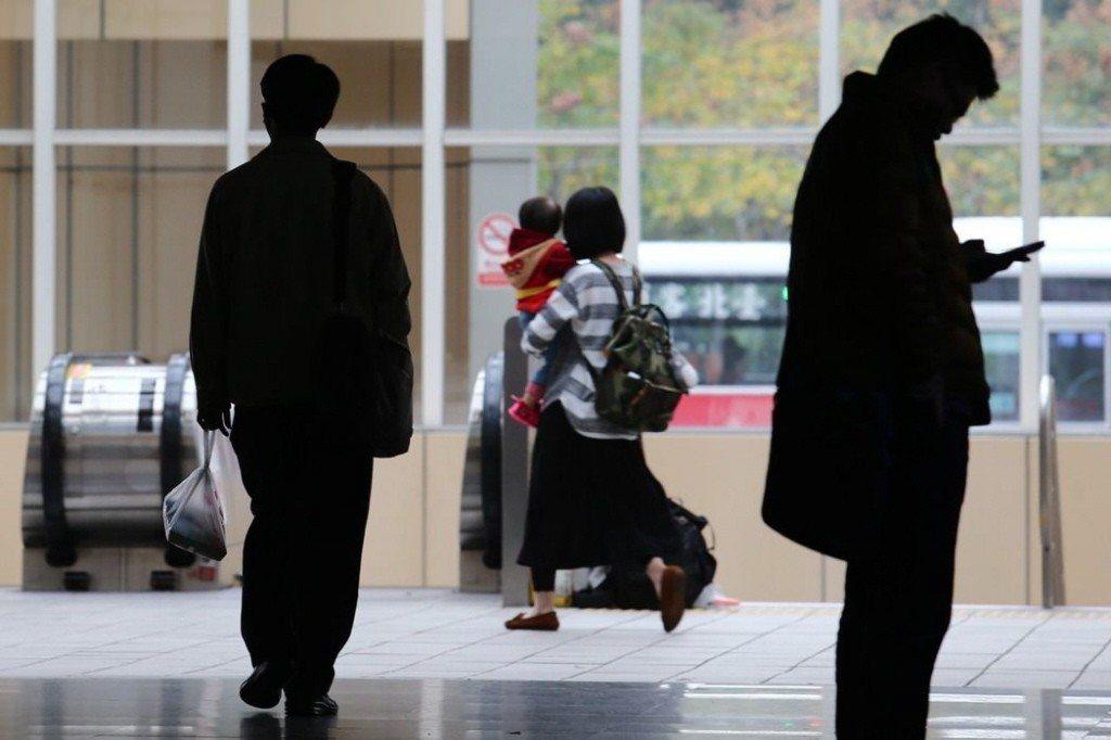 主計總處今天指出,106年國人赴海外工作人數達73.6萬人,年增1.1%,而國人...