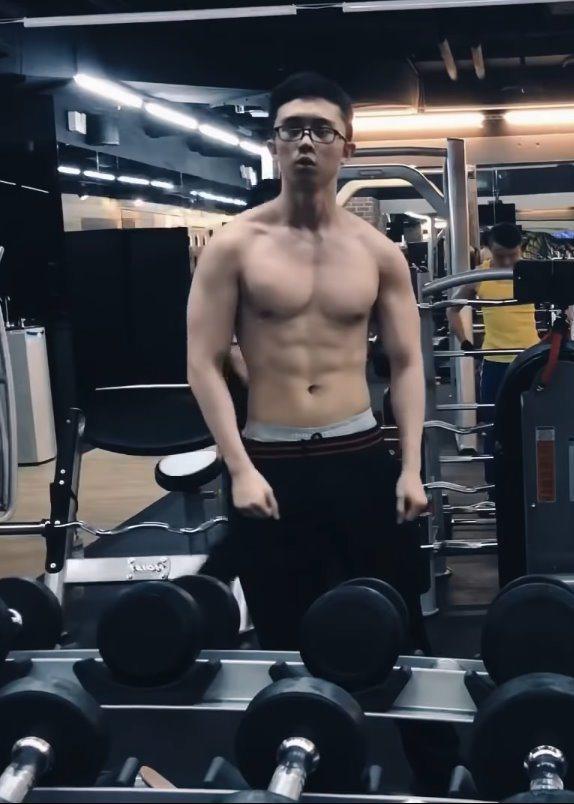 孫安佐在健身房檢視自己的肌肉線條。 圖/擷自Youtube