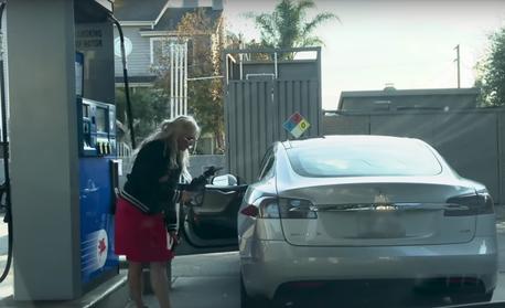 找不到油箱 你累了嗎? Tesla特斯拉車主「加油」好糗!