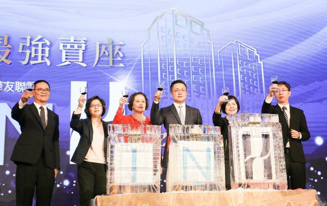 華友聯在高醫商圈推出的「IN H」預售大樓案,119戶短短3個月就完銷,團隊慶功...