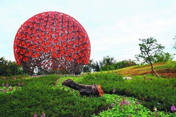 后里森林園區高1 5 公尺的「聆聽花開的聲音」,號稱地表最大的機械花。