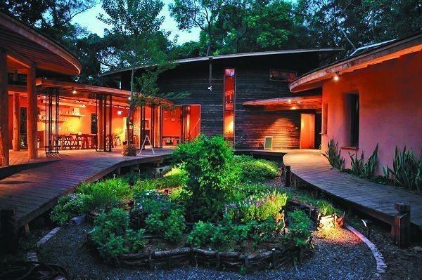 后里森林園區「四口之家」,藉由在屋前路徑一盞明燈,營造溫馨小屋氛圍。