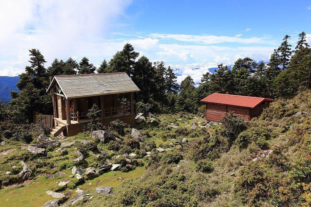 嘉明湖避難山屋有專人打掃的廁所。 圖/作者自攝