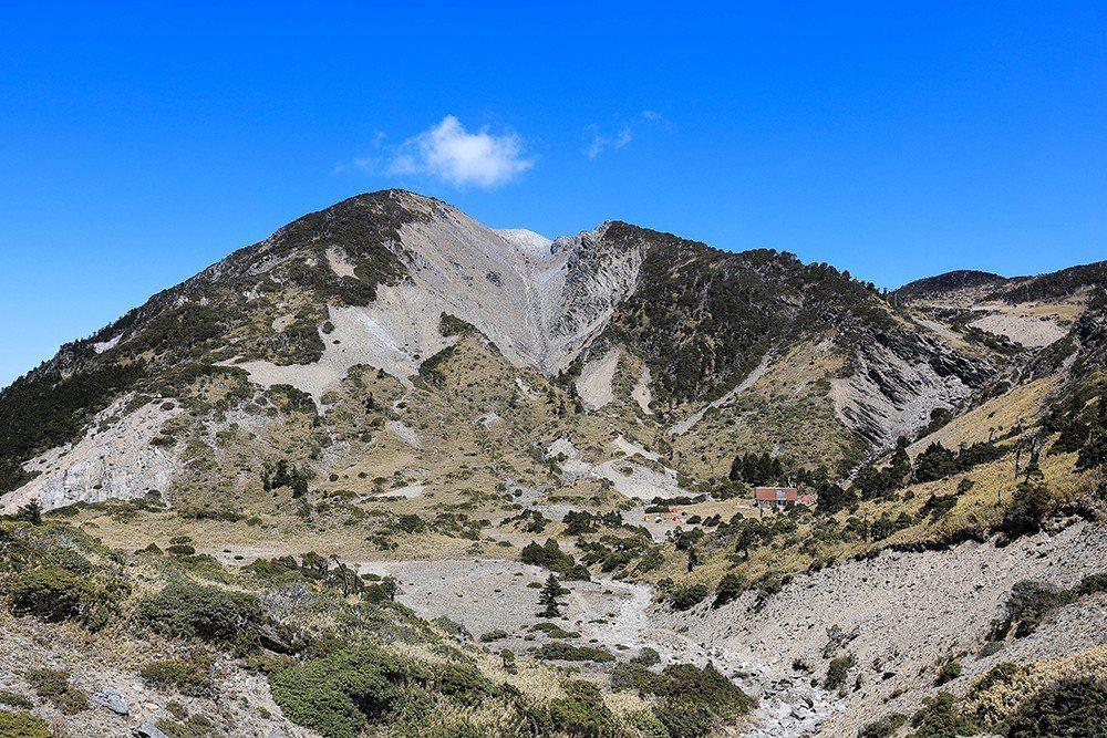 有多種特有生物的南湖圈谷,在台灣的生態系中數一數二特殊,也是全年開放。   圖/作者自攝
