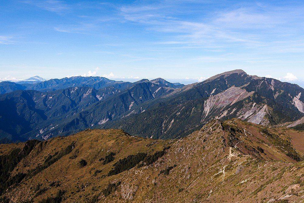從向陽山頂回望,可以對比一下「步道」與「山」的面積差異。 圖/作者自攝