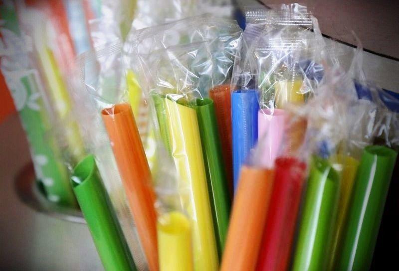 淨灘的吸管品項數字緩慢上升,但塑膠袋數量明顯下降,與限塑政策有關。圖/Getty...