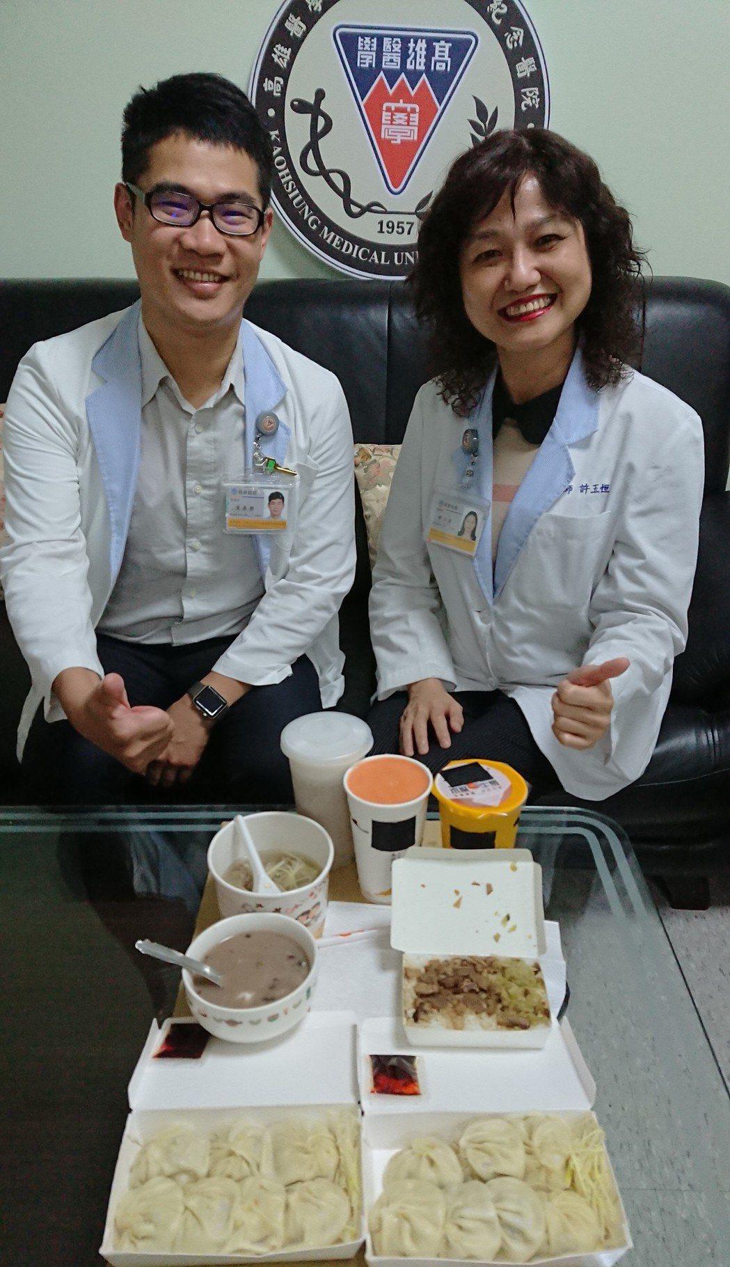 高醫營養師黃泰傑(左)及許玉恒(右)說,小吃屬高油食物,食用時應兼顧搭配蔬菜、多...