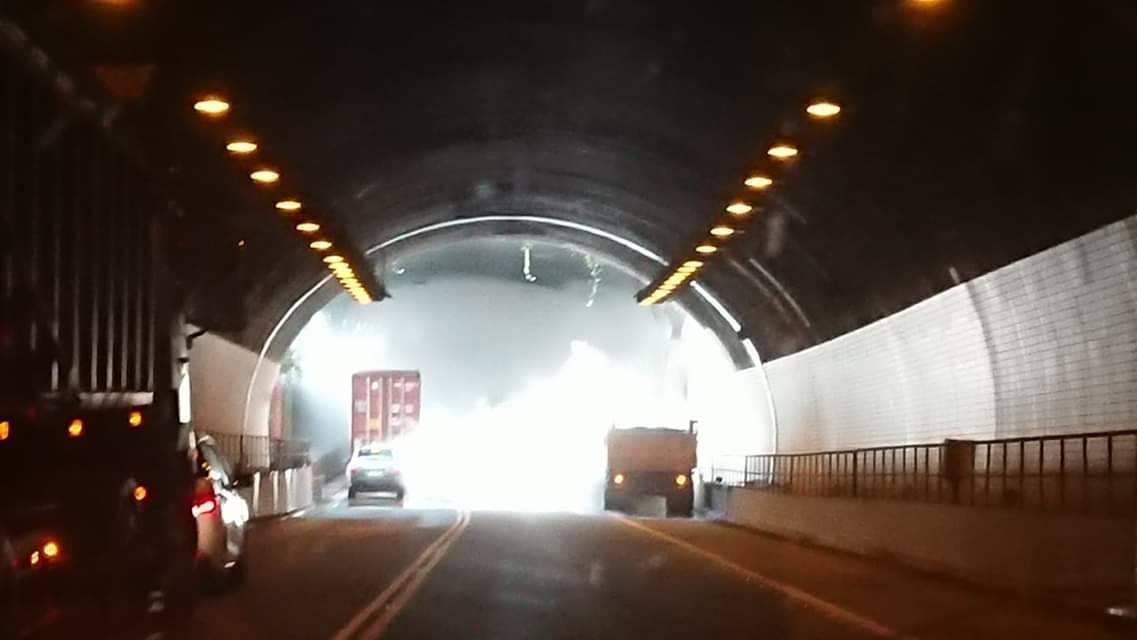 一輛砂石車行經國道三號其中一段隧道時,疑似引擎過熱、水箱冒白煙,隧道瞬間竄出濃濃...