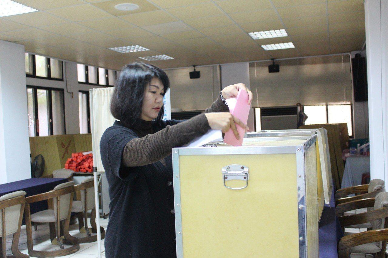 新加入的黨員黃美慧上午到國民黨新竹黨部投票。記者張雅婷/攝影