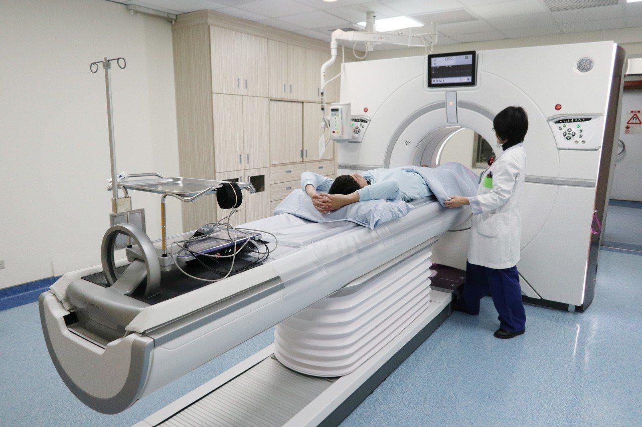 桃園聖保祿醫院引進桃竹苗區域第一部「全景寶石電腦斷層檢查儀」,醫師表示,此檢查儀...