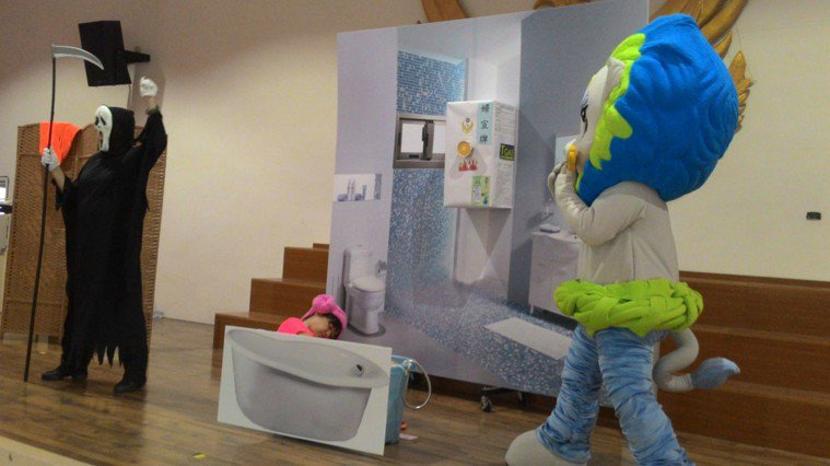 安平劍獅人偶從死神手中救回一氧化碳中毒民眾,以演話劇方式,提醒大家冬天洗澡要保持...