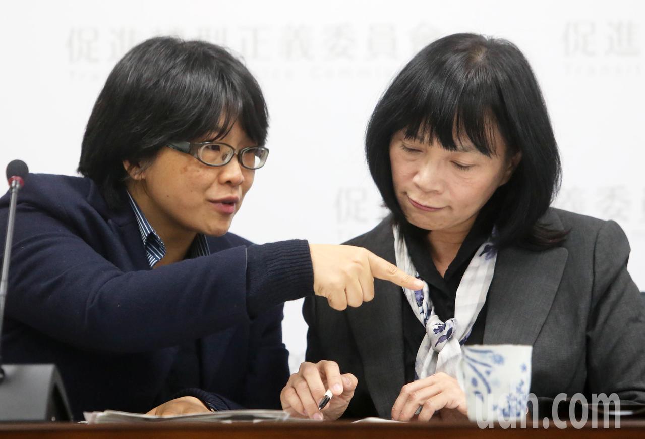 促轉會今天舉行半年任務進度報告記者會,由代理主委楊翠(右)與委員葉虹靈(左),不...