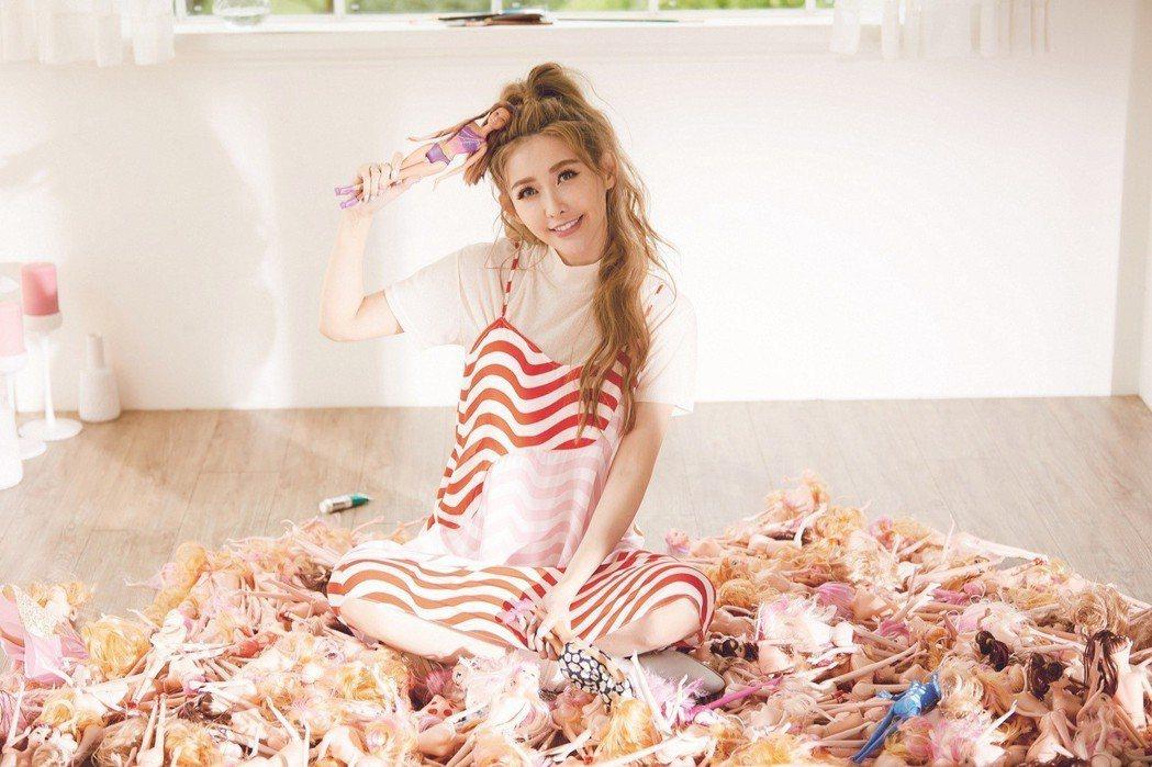 愷樂在「致未來的戀人啊」MV詮釋等愛的小女人。圖/環球音樂提供