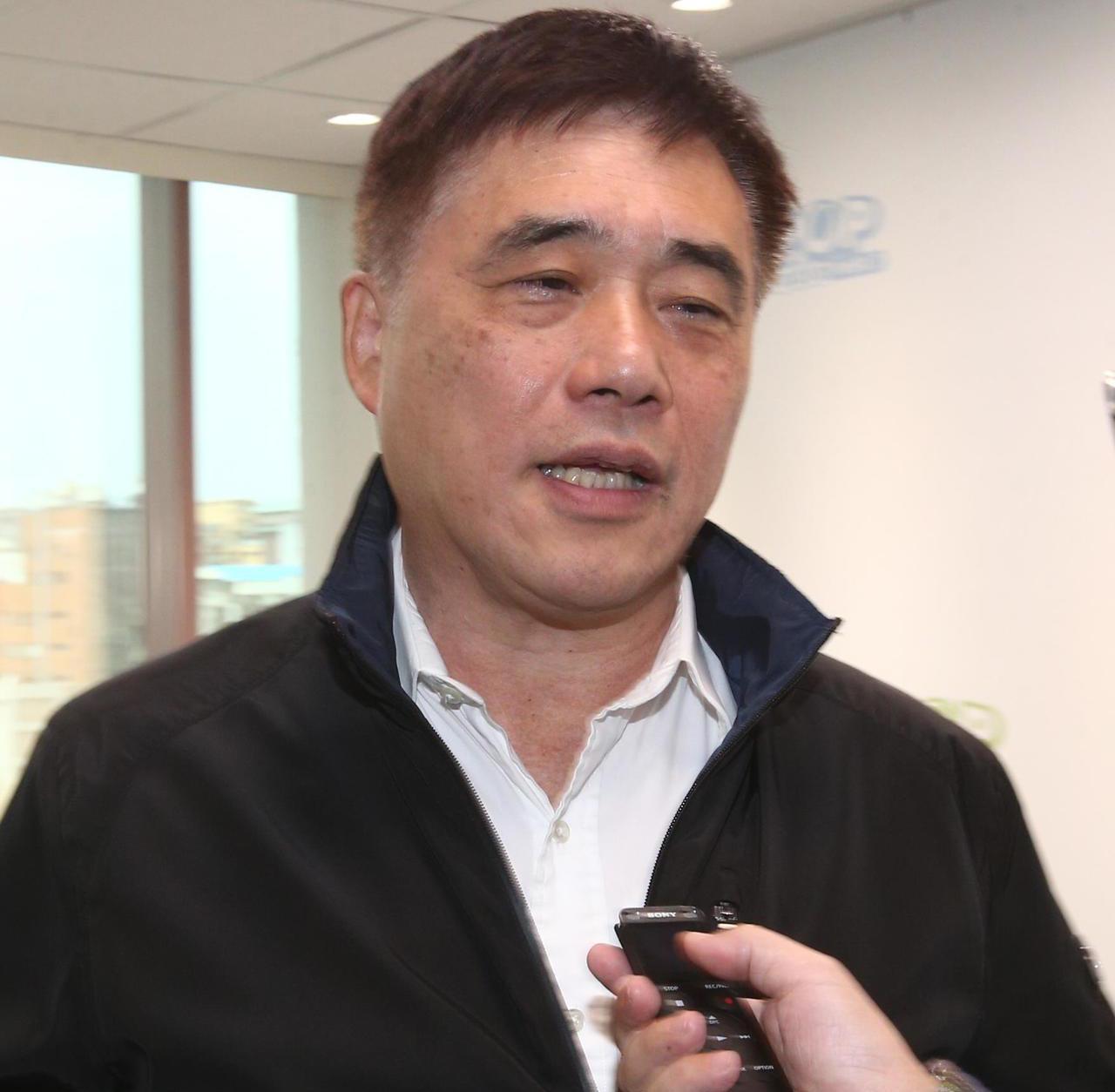 國民黨副主席郝龍斌晚間表示,教育部有錯就改是負責任做法,揶揄只要是對的髮夾彎,人...