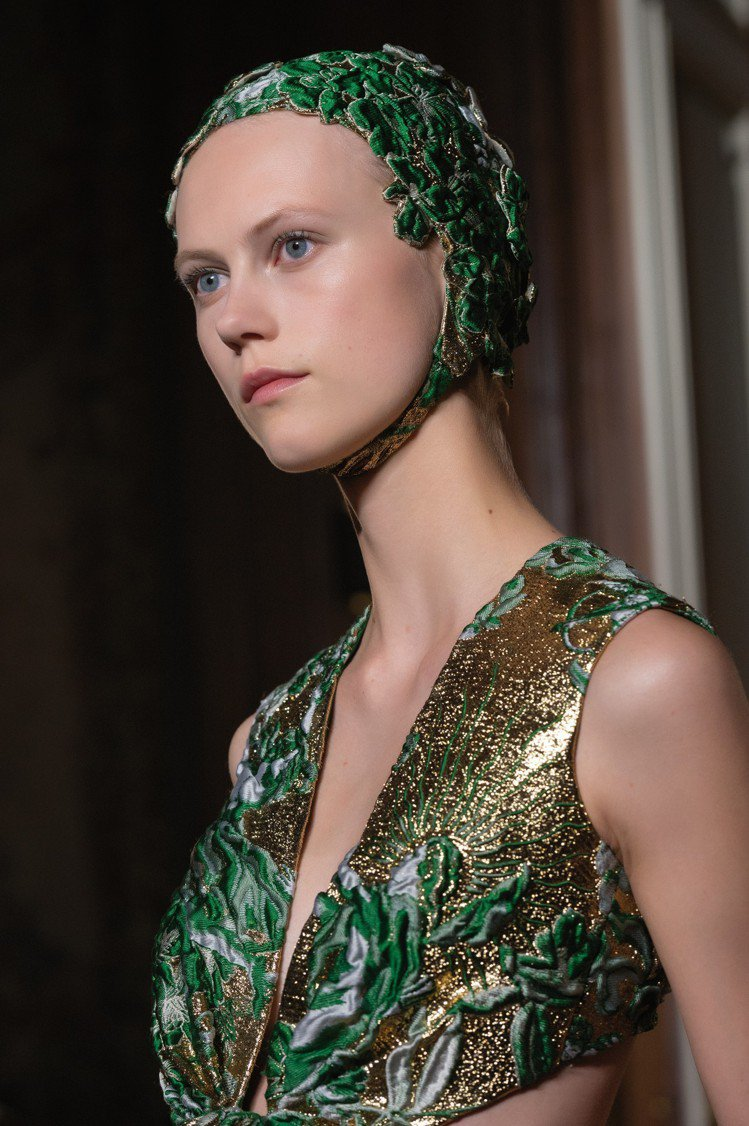安柏赫德和秀上模特兒一樣戴著帽飾現身。圖/Valentino提供