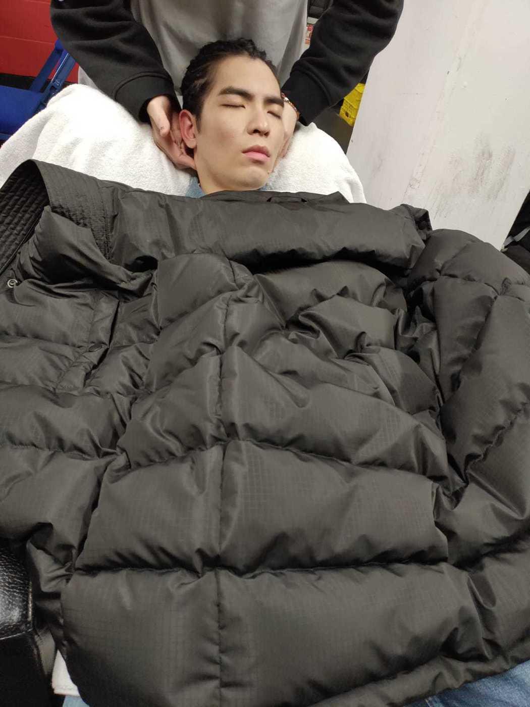 蕭敬騰因時差問題,到了後台妝髮時呈現昏睡狀態。圖/華納提供