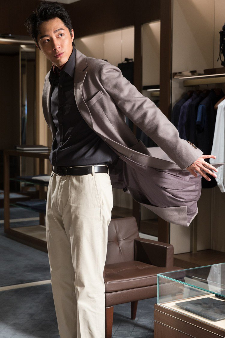 灰色長版外套97,900元,墨綠色襯衫24,500元,酒紅色針織上衣22,500...