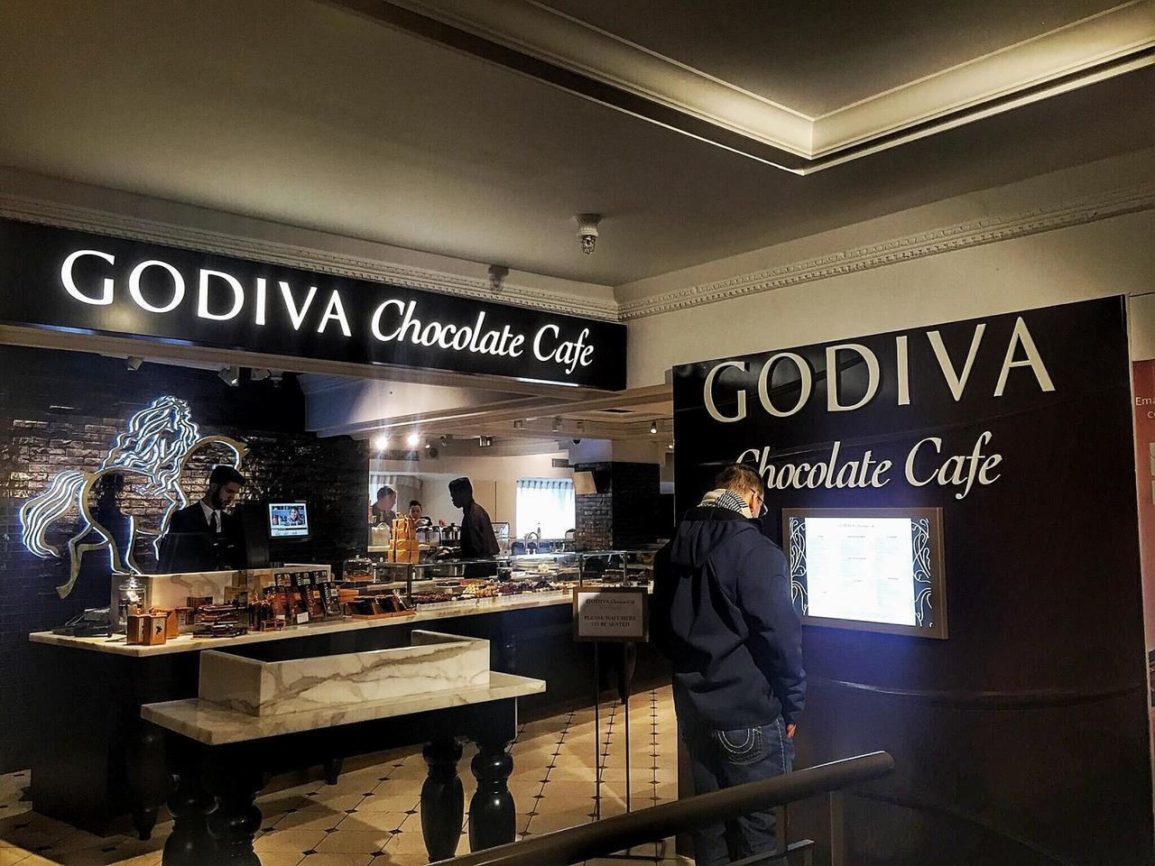 Godiva位於英國哈洛德百貨的咖啡店。(圖/取自網路)
