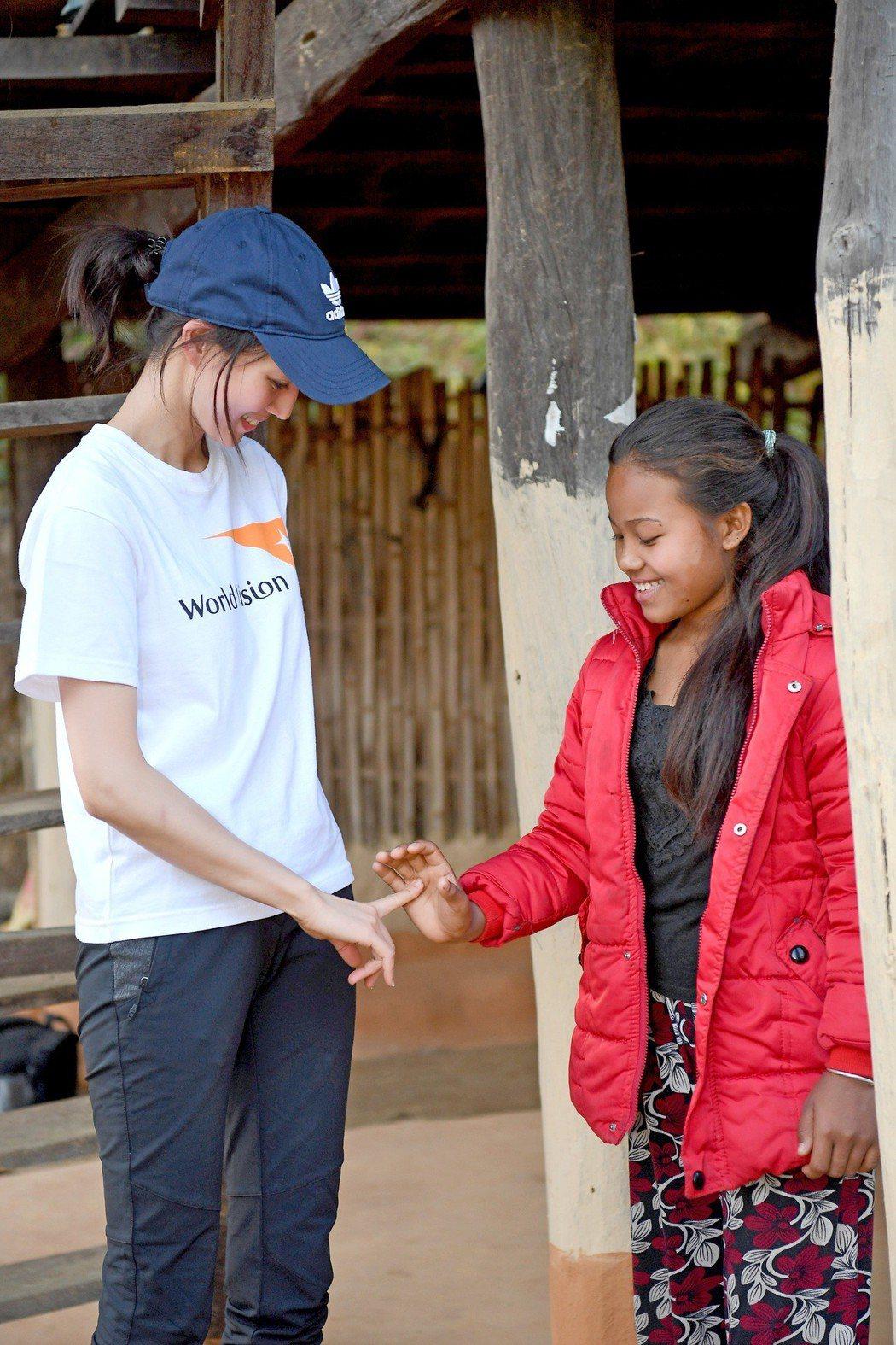 張鈞甯與尼泊爾小女孩Janu在短短時間內就建立起好感情。圖/世界展望會提供