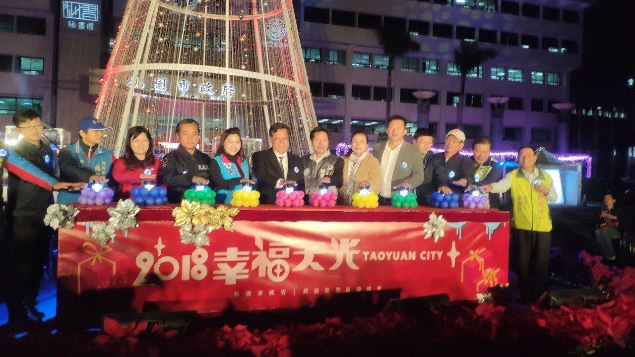 桃園市長鄭文燦(中)表示明天會面蔡英文不談政治。記者李京昇/攝影