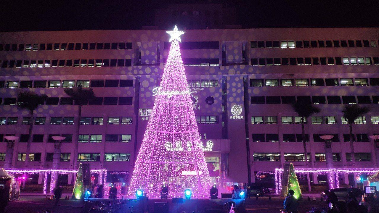 桃園市政府在府前廣場打造12公尺高的耶誕樹,今天起正式電燈啟用。記者李京昇/攝影