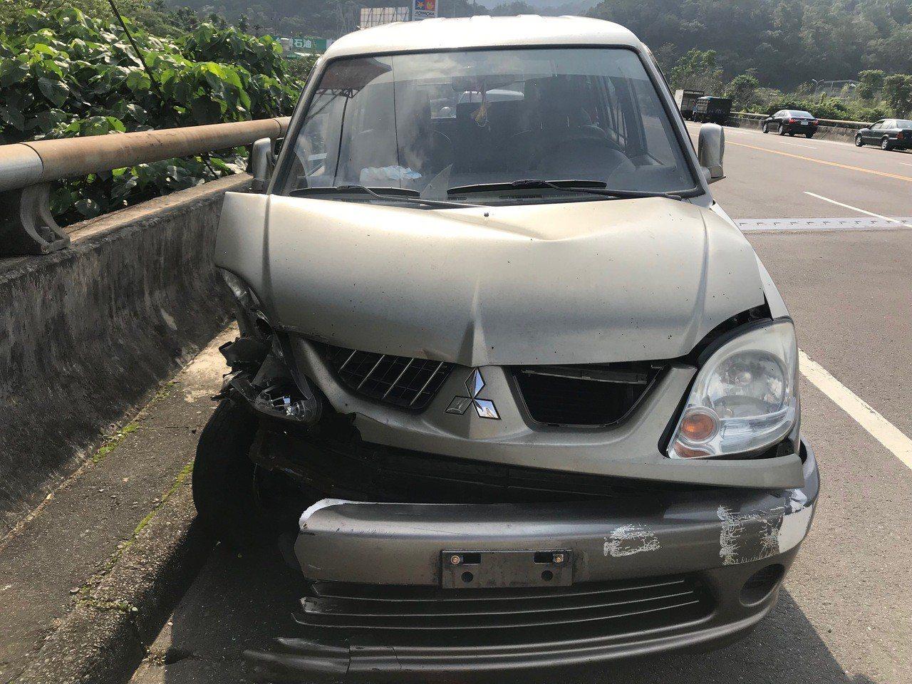 林姓男子家裡的銀灰色廂型車就停在林母經營的金紙店外,目視可見右側車頭受損嚴重,保...