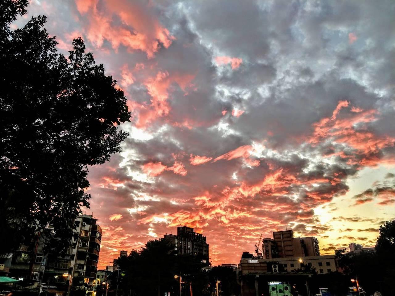 火燒雲。圖╱張錦弘提供