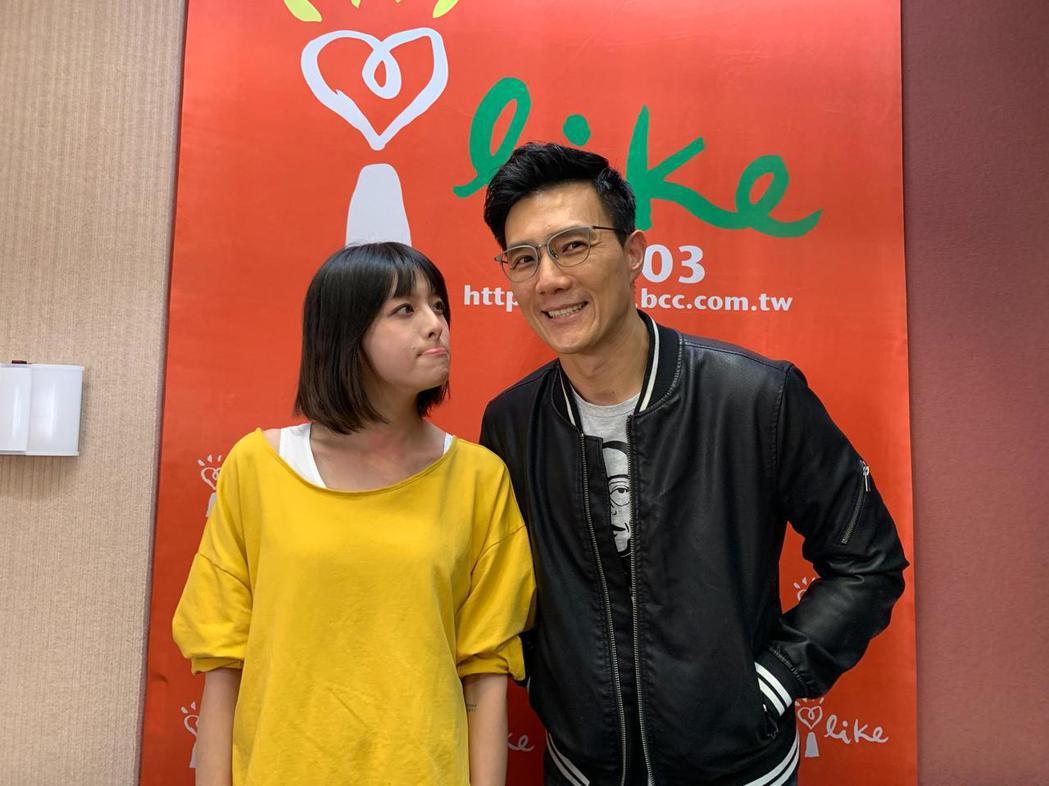 蔣偉文(右)邀請李依瑾到他主持的廣播節目「蔣公廚房」空中暢聊。圖/齊石傳播提供