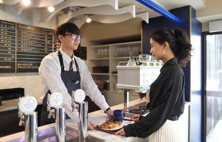 Let's Café旗艦店使用百萬元等級的「咖啡大師」與「泡沫咖啡機」,仿造手沖...