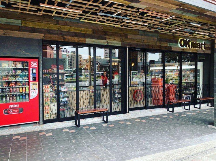 OK超商北門店外型除了延續該區文史氛圍設計,更將OKmini融合實體門市服務。圖...