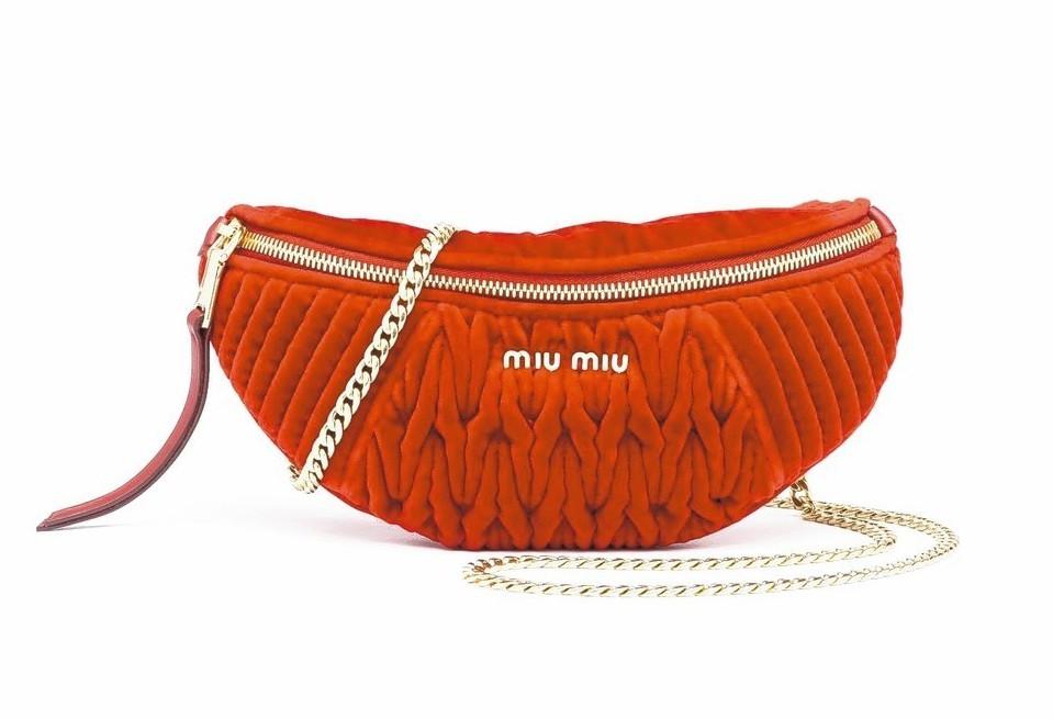 紅色抓皺天鵝絨腰包,價格店洽。 圖/MIU MIU提供